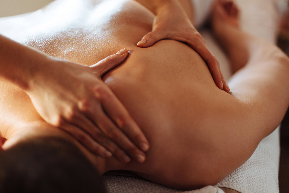 Nuestros masajes buscan la regeneración corporal y mental. · Masaje relajante con aceite · Masaje relajante y exfoliante · Masaje drenante · Masaje con aceites esenciales